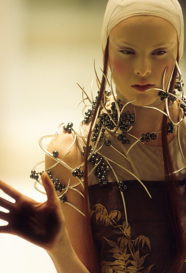 4._Tahitian_pearl_neckpiece_Shaun_Leane_for_Alexander_McQueen_Voss_Spring_Summer_2001_copyright_Anthea_Sims